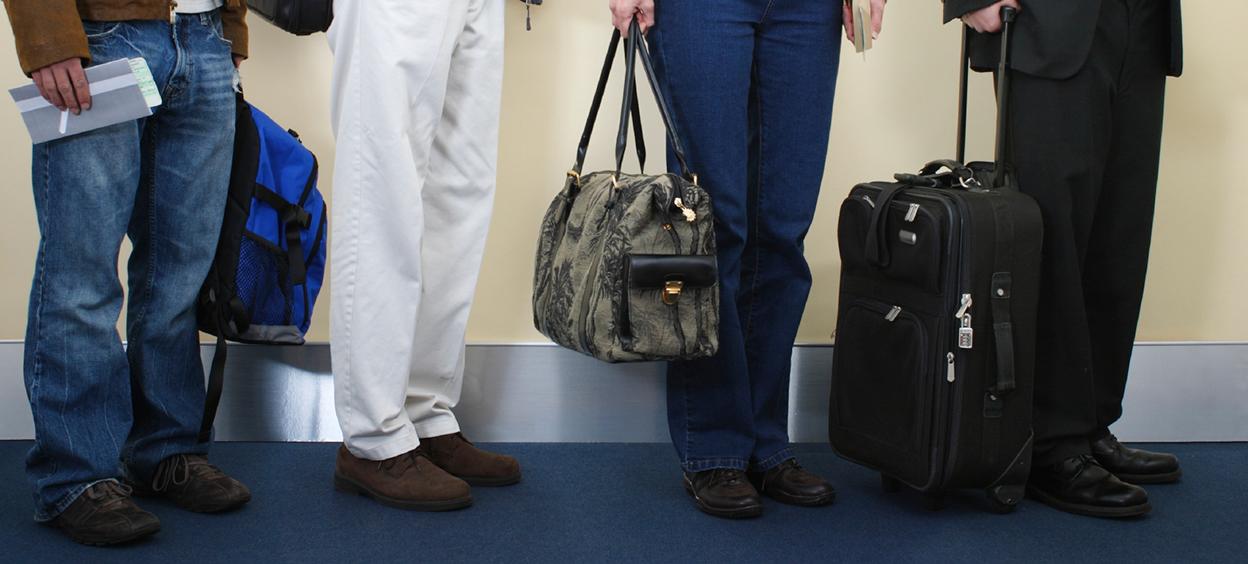 Personnes à l'aéroport avec leurs valises