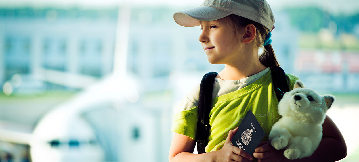 Enfant voyageant seule à l'aéroport
